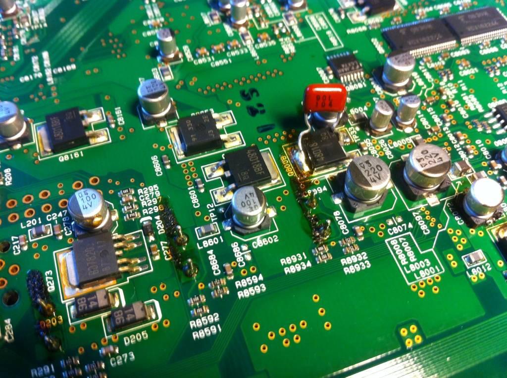 Trasiga kondensatorer i en förstärkare.