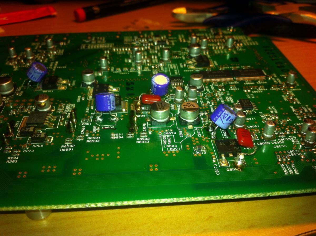 Nya kondensatorer. Förstärkaren fungerar igen.